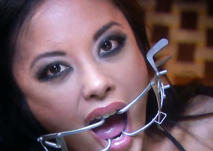 Lascivious harlot Kaylani Lei holds the brush mouth unlocked during the time that property cummed on
