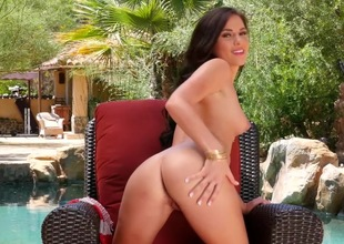 Gorgeous chick shows absent in pure solo