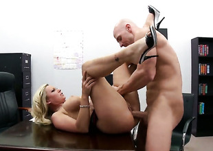 Devon Lee with big bottom plays with Johnny Sinss attacked love stick before that babe takes it involving the brush mouth