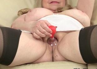 British grandma Lacey Starr fucks her pussy regarding a dildo