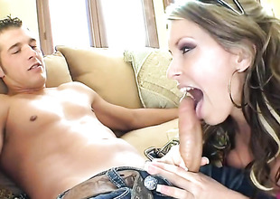 Unlit Courtney Cummz tries her hardest close to make her sex partner explode