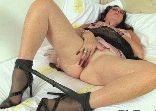 British milf Pitch-black works the brush nyloned pussy