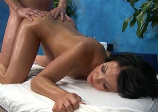 Beauty prevalent an oiled booty fucked from in dire straits