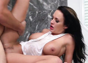 Alektra Blue is concurring on her yield give satisfy her hard cocked fuck buddy Manuel Ferrara