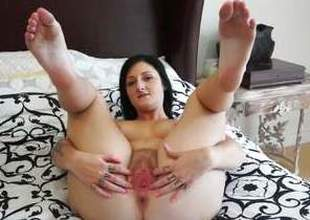 Avah Sweetz exposes her round ass