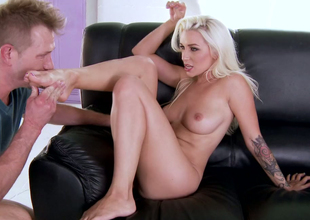 Euro babe in arms Stevie Shae lets her buddy worship her feet