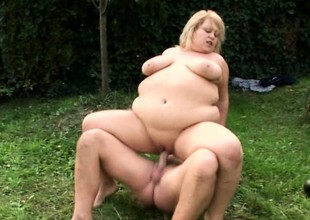 Blonde MILF with gigantic curves acquires slammed balls abysm outdoors