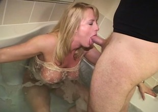Perfect blonde with reference to genteel cunt relaxes in bath tub and sucks ding-dong