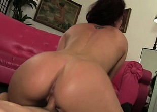 A great deal babe Savannah Fox delivers an awesome oral job and enjoys a gaping void fucking