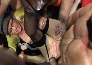 American pornstar MILF Emma Starr came jilt the pond to join us be useful to a British gangbang party