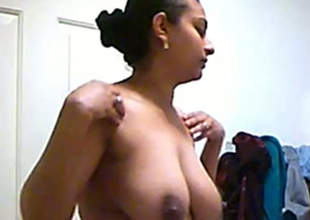 Bring to a close camera catches breasty Indian mommy undecorated