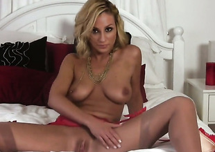 Lexi Swallow gives a closeup be fitting of her muff as she masturbates with sex-toy