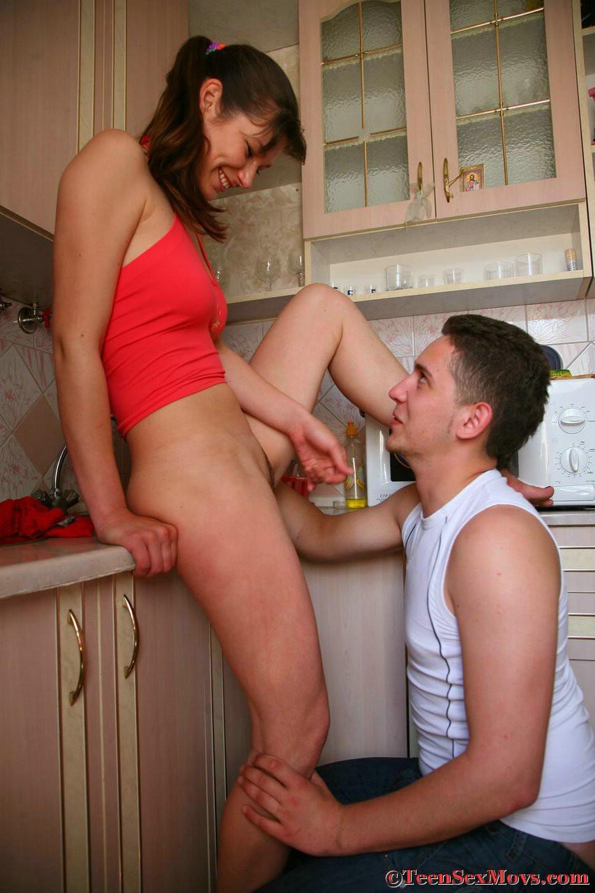 Старший брат секс на кухне